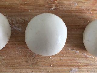 彩色糯米糍,白色面团分成三个小剂子,步骤如粉色面团
