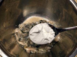 廈門名吃—海蠣煎,在海蠣里加入六勺淀粉拌勻