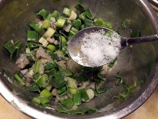 廈門名吃—海蠣煎,加入一勺鹽調味