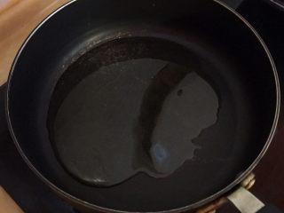 廈門名吃—海蠣煎,熱鍋,倒入色拉油,倒的量多點。