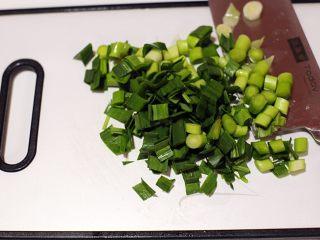 廈門名吃—海蠣煎,大蔥洗凈切小塊,如圖小塊狀。