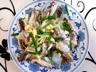 ~粉丝蟹煲,把蟹块放在粉丝上,撒上葱,姜。