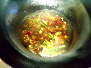 ~粉丝蟹煲,倒上生抽酱油,水,烧滚之后放入葱花。