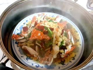 ~粉丝蟹煲,倒入蒸好的蟹盘中。