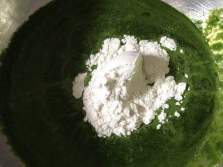 小猪馒头,菠菜取叶打汁,加入酵母和面粉混合