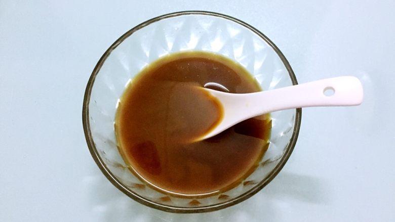 地三鲜,把酱汁材料放入容器中调成酱汁备用
