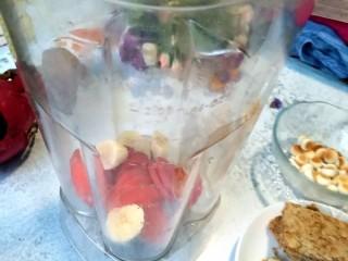 风靡欧洲的健康网红~橙色Smoothie Bowl,香蕉,冷冻胡萝卜放入料理机。