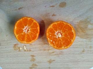 风靡欧洲的健康网红~橙色Smoothie Bowl,小橘子带皮横着切半。