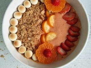 风靡欧洲的健康网红~橙色Smoothie Bowl,水果平铺在冰沙上。