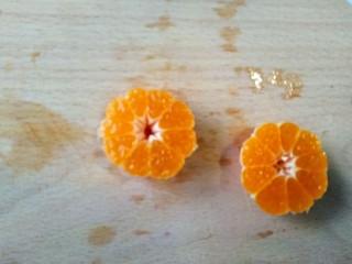 风靡欧洲的健康网红~橙色Smoothie Bowl,再去小橘子皮(先切半,是防止切散小橘子)。