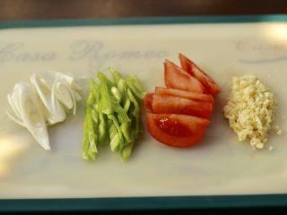 烧茄子,葱切斜刀,青椒切丝,西红柿切大块,大蒜切末