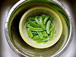 蒜蓉荷兰豆,然后沥干水份备用。