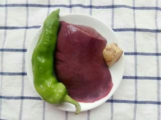 青椒炒猪肝,准备好食材:青椒,猪肝,姜