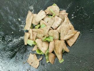 青椒炒猪肝,猪肝放入翻炒几下加入一勺酱油和一勺盐,再炒均