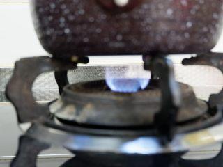 紅柚酸奶布丁,小火稍微加熱至白糖融化即可離火。