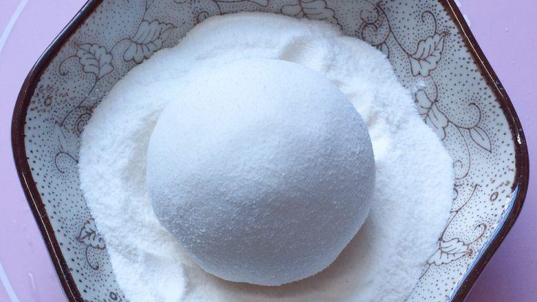 巧克力汤圆,搓圆后在糯米粉中滚一圈,防粘。