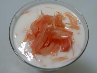 紅柚酸奶布丁,食用前可以在表面在撒少許柚子果肉裝飾。