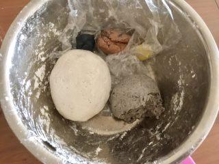 萌萌哒龙猫汤圆,这是我之前上汤圆课后剩下粉团,这里用到白色、灰色和黑色。先揉出白色粉团,把糯米粉和清水和成粉团,取一小块煮熟后,再与生的粉团和在一起,揉匀,这样再包馅就不容易破。灰色的粉团就是白色粉团和黑芝麻馅儿和一起的。再取一点点粉团揉进竹炭粉。