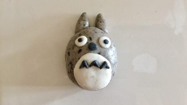 萌萌哒龙猫汤圆,用黑色粉团捏出眼睛、鼻子和肚子上的装饰