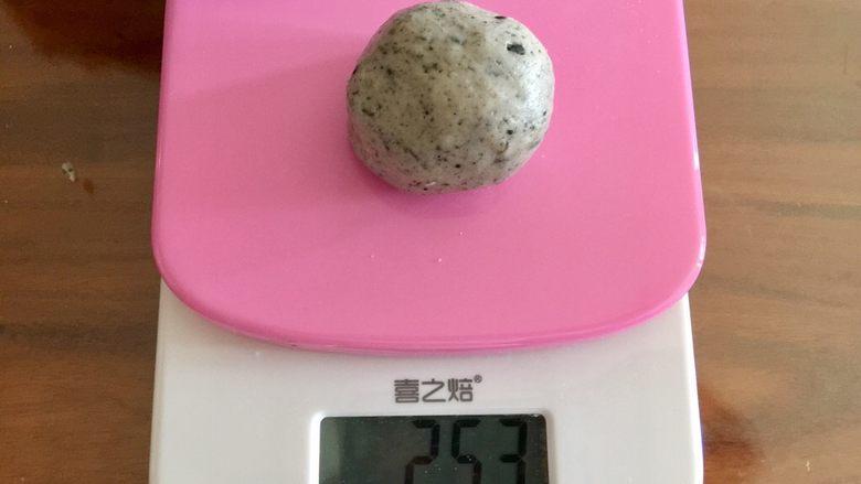 萌萌哒龙猫汤圆,取一团灰色粉团,25克左右,揉圆。