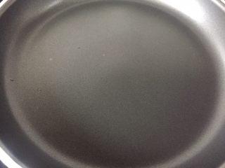 简易版舒芙蕾松饼,不粘锅至小火上,锅内放一点油,然后用厨房纸巾拭干