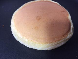 简易版舒芙蕾松饼,盖上锅盖煎两分钟就可翻面,如图,再煎两分钟基本上就好了