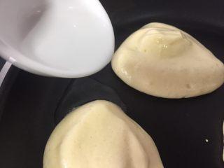 简易版舒芙蕾松饼,加入少许开水