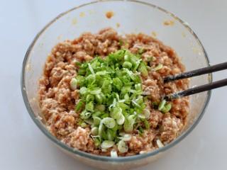鲜肉包子(一次发酵法),香葱切碎放入肉馅中