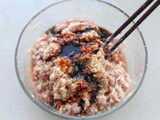 鲜肉包子(一次发酵法),再调入盐、鸡精、胡椒粉和老抽搅拌均匀