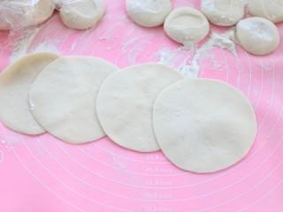 鲜肉包子(一次发酵法),再用擀面杖擀成中间厚边缘薄的饼皮