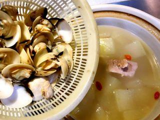 白贝冬瓜汤,下白贝,煮开后关火出锅。