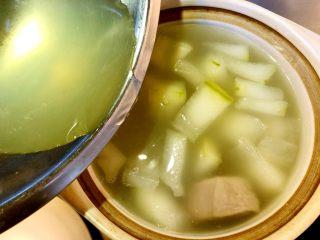 白贝冬瓜汤,冬瓜煮软后,加入之前留下的汤水,取上层清液,弃掉沉底的沙。 继续煮15分钟。