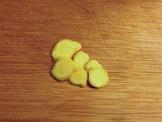 白贝冬瓜汤,姜切片。