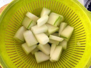 白贝冬瓜汤,冬瓜去皮去囊,切薄片。