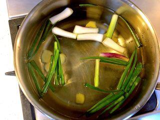 白贝冬瓜汤,锅中另加清水,放入葱段、姜片、加适量料酒,煮沸。