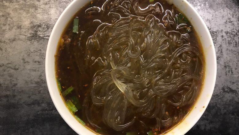 快手酸辣粉,煮熟后捞加入调好料汁的碗中,加入花生米、香菜和榨菜,吃之前搅拌均匀