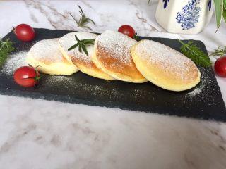 简易版舒芙蕾松饼,这些材料正好可以做4个松饼,装盘,筛上糖粉
