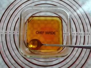 蜜豆钵仔糕,把糖浆结晶体充分搅拌,融化备用