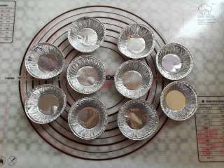 蜜豆钵仔糕,准备10个一次性的锡纸小模具,在模具里刷少量的油