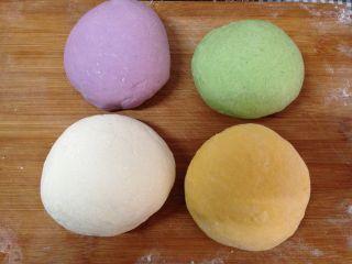 太阳花枣馍,其它两种颜色的蔬菜汁加入面粉、酵母液揉成较硬面团,四种面团分别揉匀
