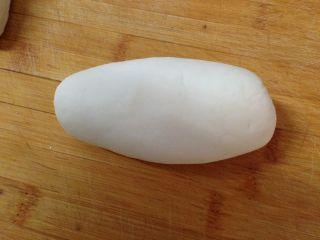 太阳花枣馍, 取白色面团排气揉匀,揉至表面光滑