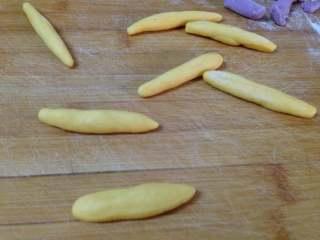 太阳花枣馍, 取每个7克左右搓成长条