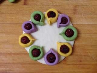 太阳花枣馍, 其它颜色的也照此操作,枣卷底部沾水摆放到大一点的边缘