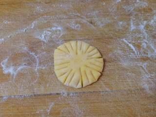 太阳花枣馍, 在每一份上压出花纹