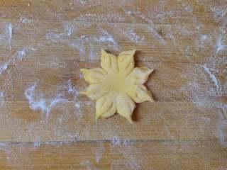 太阳花枣馍, 每一份尾部捏紧,依次多做几个,要做到大小不一致才好看
