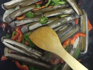 麻辣竹蛏,轻轻翻炒一分钟之后把竹蛏放进去,继续爆炒,一定要大火才好吃