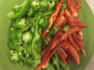麻辣竹蛏,青红椒切丝,小尖椒切小片,蒜切片,姜切片
