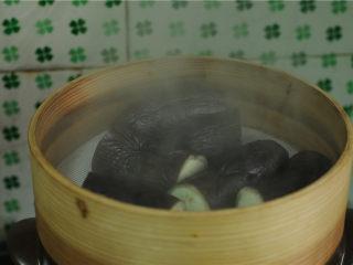 手撕茄子,盖上锅盖,大火烧开后蒸十分钟