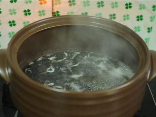 手撕茄子,紫菜撒入汤锅里