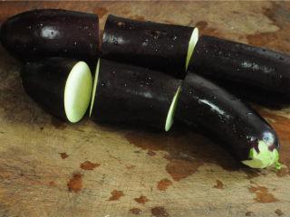 手撕茄子,茄子洗干净后切成段